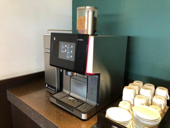 羽田空港国内線サクララウンジのコーヒーマシン