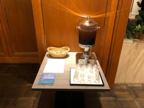東京マリオットホテルのフロントのお茶・お菓子