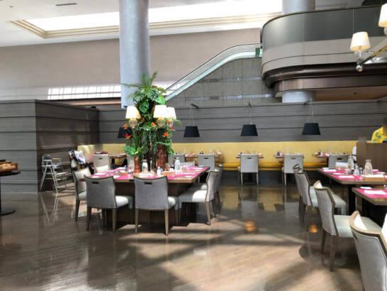 東京マリオットホテルのレストランのカウンター席・ソファー席