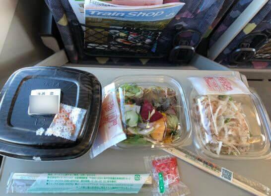 特急かいじの車内での吉野家の牛丼とアール・エフ・ワンのサラダ
