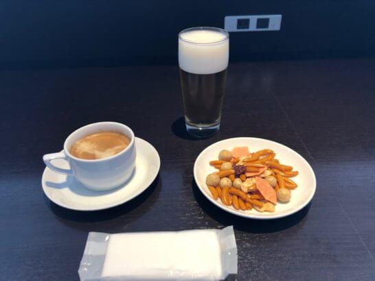 羽田空港国内線サクララウンジのあられミックス・コーヒー・ビール
