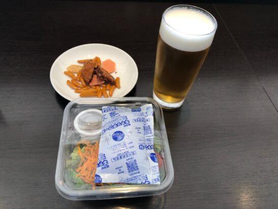 サラダと柿の種とビール(サクララウンジ)