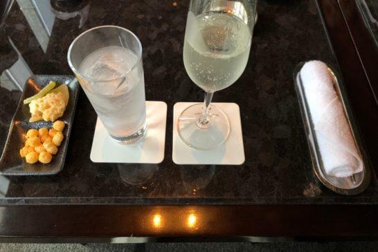 ザ・キャピトルバーのラグジュアリーカード優待の日本酒と水、スナック、おしぼり