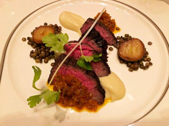 ザ・ペニンシュラ東京のザ・ロビーのアメリカ産和縁牛ハラミのソテー オニオンのサルサ オレガノ風味 レンズ豆 根セロリのピューレ