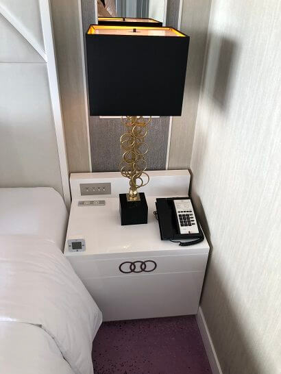 東京マリオットホテルのプレジデンシャルスイートのベッドサイドのインテリア