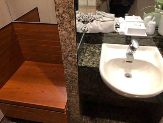 デルタスカイクラブ(成田空港)のシャワーの荷物置き・洗面台