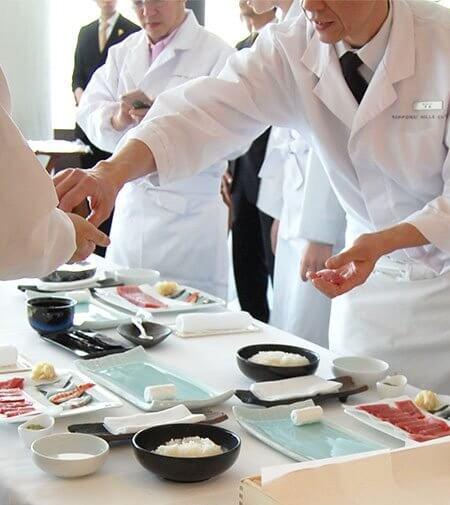 冬休み 親子で楽しむ寿司作りのシーン