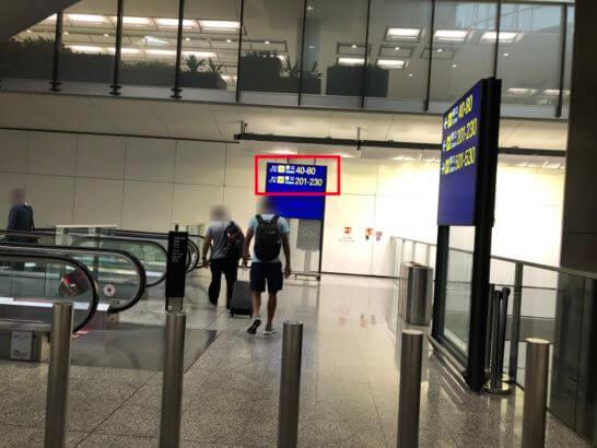 香港国際空港のシャトル地下鉄に降りるエスカレーター
