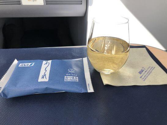 ANAビジネスクラスのシャンパンとあられ