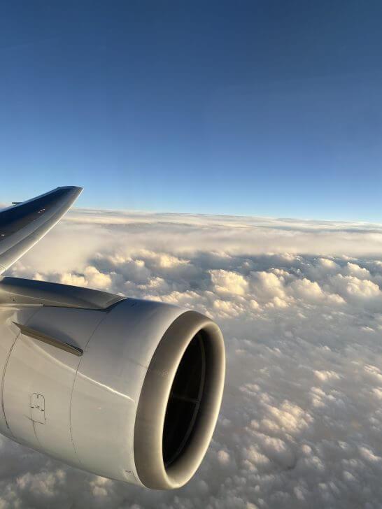 飛行機の機中からの青空