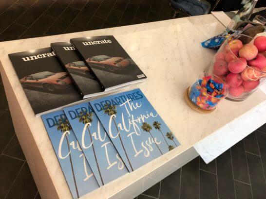 香港国際空港アメックスのセンチュリオンラウンジの雑誌・果物・お菓子
