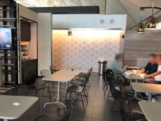 香港国際空港アメックスのセンチュリオンラウンジのトイレ手前のテーブル