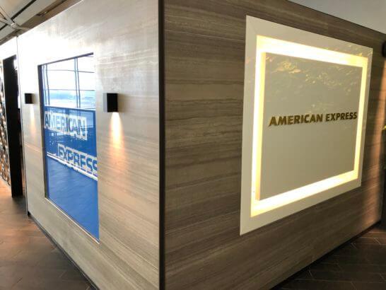 香港国際空港アメックスのセンチュリオンラウンジの壁