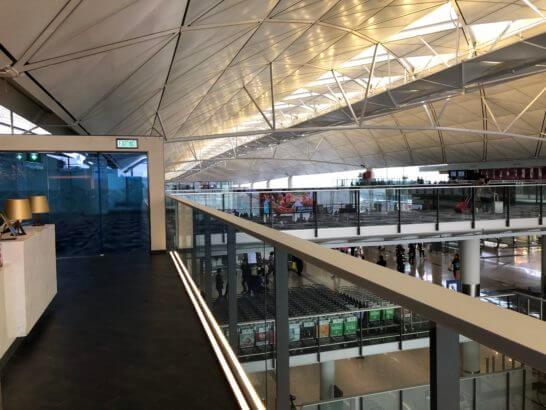香港国際空港アメックスのセンチュリオンラウンジの廊下から入り口方面