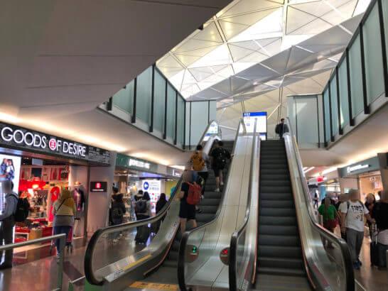 香港国際空港のセンチュリオンラウンジへのエスカレーター