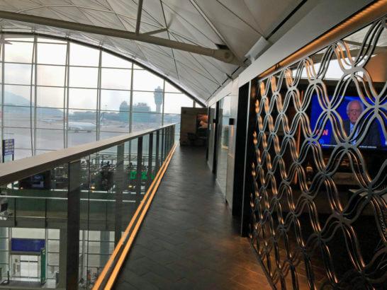 香港国際空港アメックスのセンチュリオンラウンジの廊下