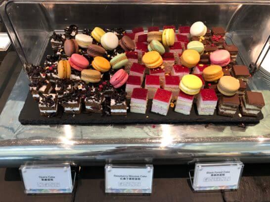 香港国際空港アメックスのセンチュリオンラウンジのマカロン・ケーキ