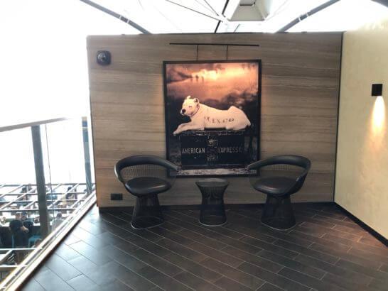 香港国際空港アメックスのセンチュリオンラウンジの犬の絵