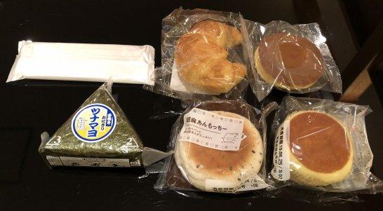 関空のKALラウンジのパン、おにぎり