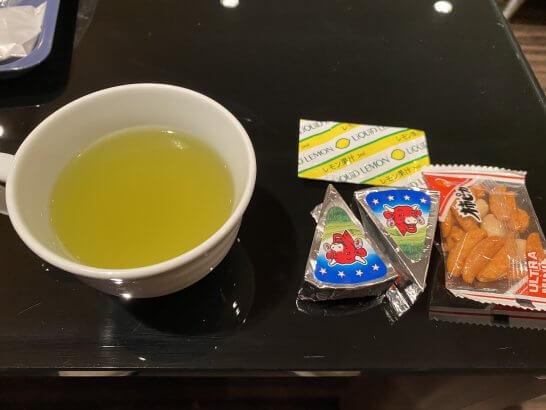 関空のKALラウンジのお茶・レモン果汁・チーズ・柿ピー