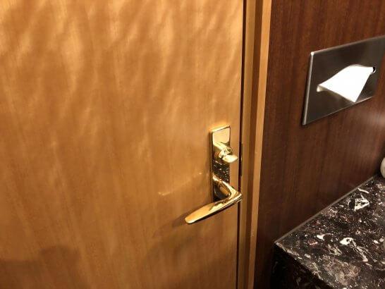 関空KALラウンジのトイレの扉・ハンドペーパー