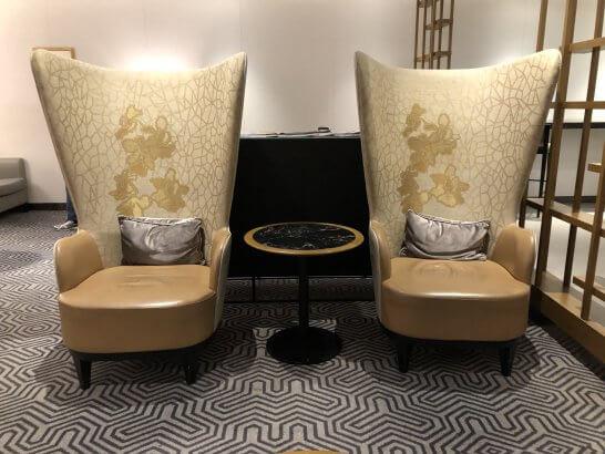 シンガポール航空のシルバークリスラウンジの豪華な椅子