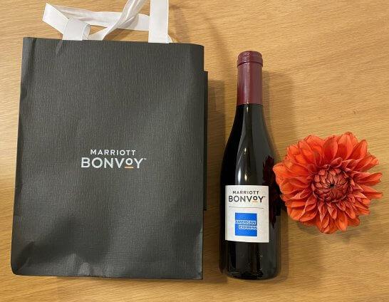 マリオットボンヴォイの紙袋、フリーマン ユーキ エステート ピノ・ノワールのハーフボトルと花