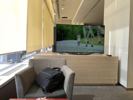 成田KALラウンジの窓際席のテレビ