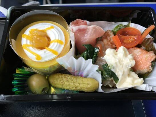 ANAプレミアムクラスの食事(サーモン、ソフト生ハムとサラダ、コルニッション、オリーブ、ムース)