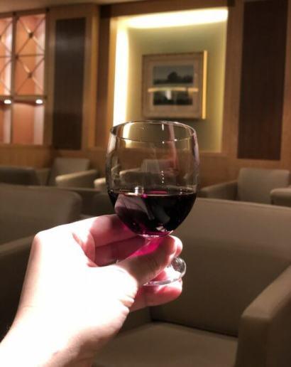 関空のKALラウンジの赤ワイン
