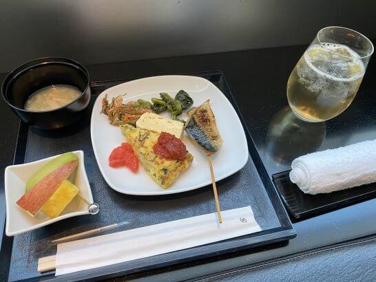 羽田空港ANAスイートラウンジの和食、味噌汁、フルーツ、梅酒