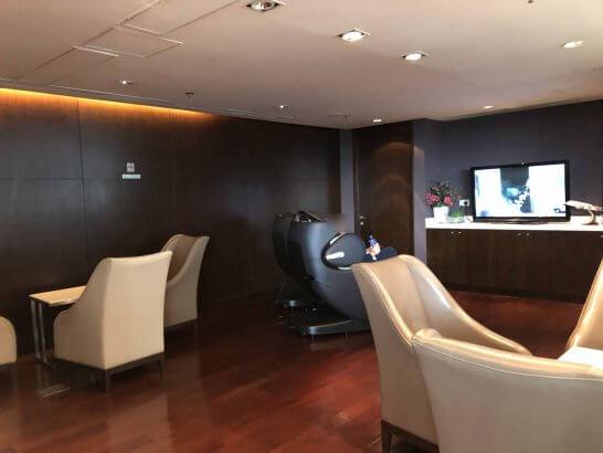タイ国際航空のロイヤルオーキッドラウンジ(香港国際空港)のテレビが有る部屋