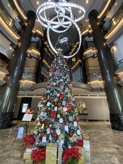 JWマリオット クアラルンプールの入り口のクリスマスツリー