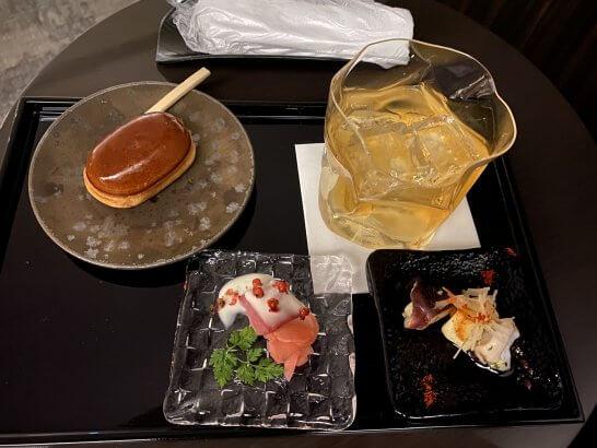 成田空港JALファーストクラスラウンジの山崎12年・和菓子・おつまみ