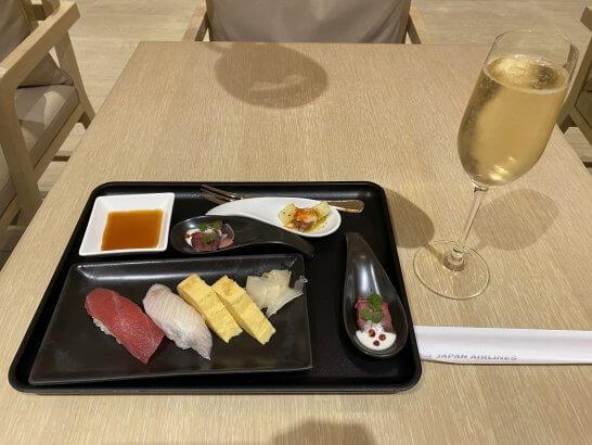 成田空港JALファーストクラスラウンジの寿司とシャンパン