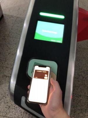 Apple PayのMastercardコンタクトレスでシンガポールのMRT改札を通過 (1)