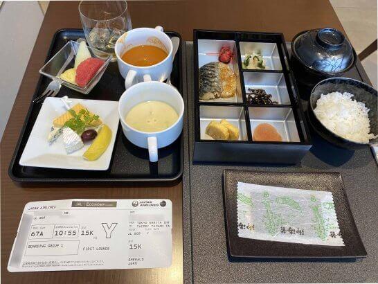 成田空港JALファーストクラスラウンジのチーズ・スープ・フルーツ・和定食