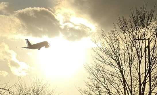 ロンドンのヒースロー空港から飛び立つ飛行機