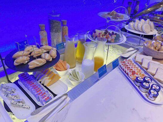 オマーン航空ラウンジのパン・サラダ・フルーツ(スワンナプーム国際空港)