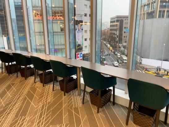 ビジネスエアポート青山のソロワーク専用フロアの窓際席