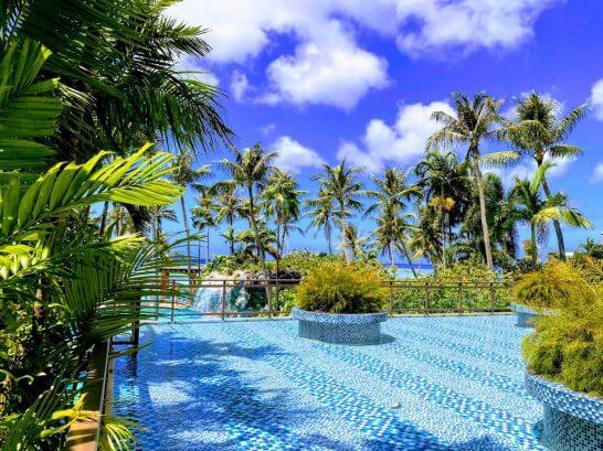 グアムのプールとビーチ