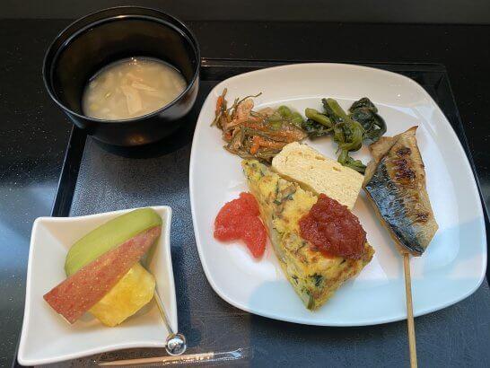 羽田空港ANAスイートラウンジの和食、味噌汁、フルーツ