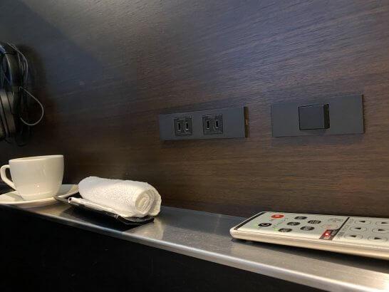 ANAスイートラウンジ(羽田T3)のマッサージ機の電源・リモコン・コーヒー・おしぼり