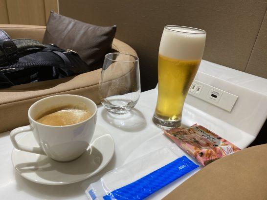 那覇空港ANAラウンジのビール、泡盛、カフェラテ