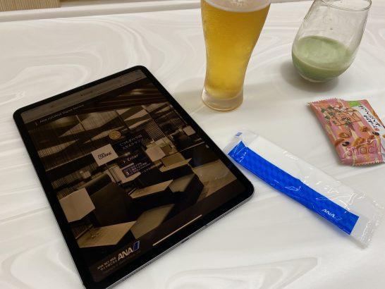 那覇空港ANAラウンジのデジタルコンテンツページを開いたiPad
