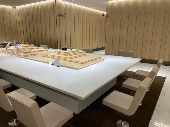 那覇空港ANAラウンジの入り口大テーブル