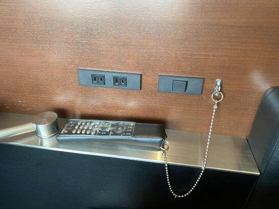 ANAスイートラウンジの半個室席の電源・リモコン
