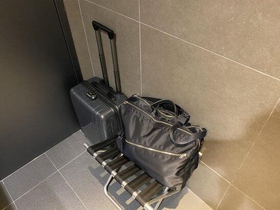 ANAスイートラウンジ(羽田T3)のシャワールームの荷物置き