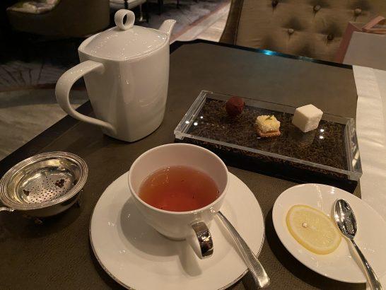 シャングリ・ラホテル東京のピャチェーレの小菓子・紅茶