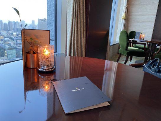 シャングリ・ラ ホテル東京のザ・ロビーラウンジの窓際席